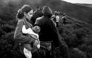 Οκτώ Ελληνες φωτορεπόρτερ –ανάμεσά τους και οι βραβευμένοι με Πούλιτζερ Γιάννης Μπεχράκης και Αλκης Κωνσταντινίδης– παρουσιάζουν τη δική τους αφήγηση για την προσφυγική κρίση σε μια έκθεση στο Μουσείο Μπενάκη Πειραιώς. Το αφιέρωμα έχει τίτλο «Το ταξίδι. Μετακινούμενοι πληθυσμοί», με λήψεις σπαρακτικής ομορφιάς και αλήθειας για ένα ζήτημα παγκόσμιας σημασίας.