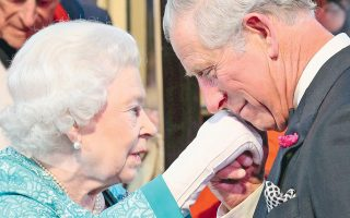 Στο χαμόγελο του Καρόλου είναι εμφανής η ευγνωμοσύνη προς τη μητέρα του. Φυσικό είναι. Χάρη στη μακροβιότητά της, του εξασφάλισε τον άνετο βίο του πρίγκιπα, που είναι προτιμότερος από του βασιλιά...
