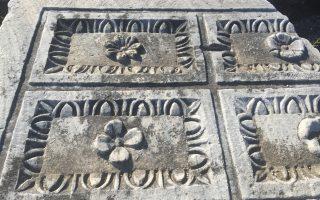 Tακτικώς ερριμμένη η μαρμάρινη σκαλιστή πλάκα έξω από το Aρχαίο Θέατρο της Mιλήτου, ολόγλυπτη με άνθη και φύλλα, μένει εκεί, και μας περιμένει, επισκέπτες στον χρόνο (φωτογραφία Eλένη Mπίστικα, 7/5/2016).