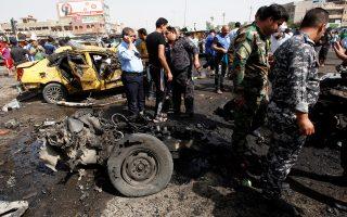 Ιρακινοί αστυνομικοί και πολίτες στη συνοικία Σαντρ Σίτι, θέατρο άλλης μιας φονικής βομβιστικής επίθεσης.