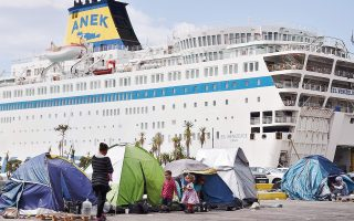Μικρά προσφυγόπουλα στο λιμάνι του Πειραιά. Χθες, στο σύνολο της χώρας ο αριθμός των προσφύγων ανερχόταν σε 54.574.