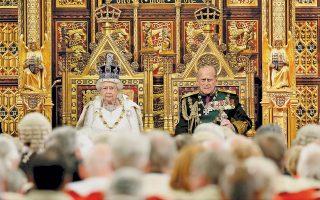 Τον «λόγο του θρόνου», που σηματοδοτεί την έναρξη της νέας κοινοβουλευτικής περιόδου και εκθέτει τις προγραμματικές δηλώσεις της κυβέρνησης, ετοιμάζεται να εκφωνήσει η βασίλισσα Ελισάβετ, με τον πρίγκιπα Φίλιππο στο πλευρό της, στη μεγάλη αίθουσα της Βουλής των Λόρδων. Στις προγραμματικές δηλώσεις, η κυβέρνηση του πρωθυπουργού Κάμερον παρουσίασε σειρά νομοθετημάτων, με το βλέμμα στραμμένο στο δημοψήφισμα της 23ης Ιουνίου.