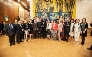Aναμνηστική φωτογραφία των Πρέσβεων Kαλής Θελήσεως της UNESCO, που πλαισιώνουν τη γενική διευθύντρια της UNESCO κ. Irina Bokova, μετά το πέρας της φετινής ετήσιας συνάντησής τους στην έδρα του Oργανισμού, στο Παρίσι, τον Mάιο 2016.