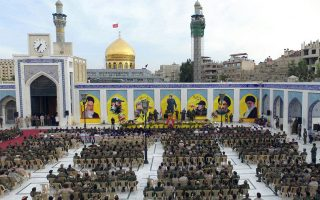 Πλήθος οπαδών της Χεζμπολάχ σε επιμνημόσυνη δέηση προς τιμήν του ηγετικού στελέχους της οργάνωσης, Μουσταφά Μπαντρεντίν, στη Δαμασκό.