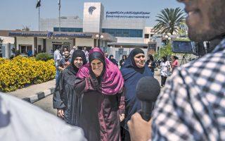 Μέλη των οικογενειών αγνοούμενων επιβατών του αεροσκάφους της EgyptAir που εκτελούσε την πτήση Παρίσι - Κάιρο και το οποίο κατέπεσε στο Λιβυκό Πέλαγος φθάνουν στο αεροδρόμιο του Καΐρου.
