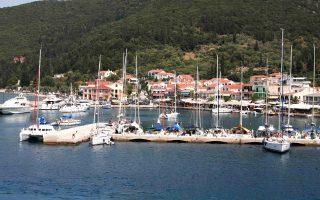 Την ώρα που όλα τα γειτονικά κράτη ανταγωνίζονται για να προσελκύσουν σκάφη αναψυχής, στην Ελλάδα η γραφειοκρατία διώχνει τους επενδυτές από τις μαρίνες, η υπερφορολόγηση μειώνει τη ζήτηση για ελλιμενισμό και οι ισχύοντες περιορισμοί αποτρέπουν τους ξένους tour operators να φέρουν σκάφη για επαγγελματική δραστηριότητα. Ετσι, ο θαλάσσιος τουρισμός της χώρας μας χάνει μερίδια από τους ανταγωνιστικούς προορισμούς όπως η Τουρκία.