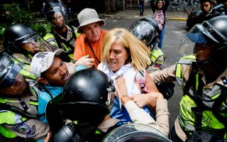 Διαδηλωτές κατά της κυβέρνησης Μαδούρο συνέλαβε την Τετάρτη η αστυνομία του Καράκας, ύστερα από μεγάλη διαμαρτυρία.