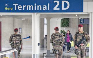 Οπλισμένοι σαν αστακοί, Γάλλοι στρατιώτες περιπολούν στον δεύτερο τερματικό σταθμό του αεροδρομίου «Σαρλ ντε Γκωλ» στο Παρίσι. Λίγες ώρες νωρίτερα είχε απογειωθεί από την Πόλη του Φωτός, με προορισμό το Κάιρο, το αεροσκάφος της EgyptAir, με 66 επιβαίνοντες, το οποίο χάθηκε αιφνιδίως από τα ραντάρ. Η πιθανότητα η συντριβή του να οφείλεται σε τρομοκρατική ενέργεια εξετάζεται από τους ειδικούς, αλλά μέχρι αργά χθες το απόγευμα όλα τα ενδεχόμενα ήταν ακόμη ανοικτά.