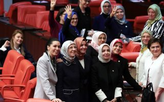 Γυναίκες βουλευτές, μέλη του κυβερνώντος κόμματος ΑΚΡ, ποζάρουν για σέλφι μετά την ολοκλήρωση της ψηφοφορίας στην Εθνοσυνέλευση.