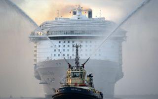 Παρθενικό ταξίδι. Το μεγαλύτερο κρουαζιερόπλοιο του κόσμου μπαίνει στο λιμάνι του Σαουθάμπτον για να προετοιμαστεί για το πρώτο του ταξίδι, στις 22 Μαΐου για Βαρκελώνη. Το πλοίο Harmony of the Seas μπορεί να μεταφέρει 6.780 επιβάτες έχει 20 διαφορετικά εστιατόρια,  23 πισίνες και ανήκει στην Royal Caribbean. Andrew Matthews/PA via AP