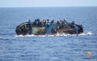 Τουλάχιστον 500 άτομα κατάφερε να διασώσει το Ιταλικό Ναυτικό έξω από την Λιβύη όταν το εικονιζόμενο υπερφορτωμένο  πλοίο βυθίστηκε. Σύμφωνα με τις αρχές έχουν ανασυρθεί 7 νεκροί μετανάστες, αριθμός που ίσως μεγαλώσει τις επόμενες ώρες. Marina Militare/Handout via REUTERS