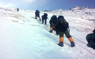 Τρεις ορειβάτες άφησαν την τελευταία τους πνοή στην προσπάθειά τους να κατακτήσουν την κορυφή του κόσμου, το όρος Εβερεστ. Οι ειδικοί επισημαίνουν ότι ο θάνατός τους δεν είναι μία απρόβλεπτη τραγωδία για την οποία ευθύνεται η φύση. Ο ισχυρός ανταγωνισμός μεταξύ των εταιρειών που παρέχουν τέτοια ταξίδια στους ορειβάτες τις εξαναγκάζει να προμηθεύονται τα πιο ευτελή βοηθήματα, αλλά και να προσλαμβάνουν οδηγούς σέρπα χωρίς γνώσεις και εμπειρία. Ενας ακόμη καταλυτικός παράγοντας για τις τραγωδίες των τελευταίων ημερών είναι η κοσμοσυρροή ορειβατών που παρατηρείται όπου επικρατεί καλοκαιρία.