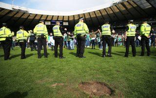 Στη Σκωτία δεν γλίτωσε ούτε το τερέν από τη μανία των οπαδών.
