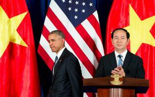 Την πλήρη ομαλοποίηση των σχέσεων ΗΠΑ - Βιετνάμ, 41 χρόνια μετά τη λήξη του πολέμου, επισφραγίζει η τριήμερη επίσκεψη του Μπαράκ Ομπάμα στο Ανόι και στη Χο Τσι Μινχ. Στην κοινή συνέντευξη Τύπου με τον Βιετναμέζο ομόλογό του Τραν Ντάι Κουάνγκ (φωτογραφία), ο Αμερικανός πρόεδρος ανακοίνωσε την άρση του αμερικανικού εμπάργκο όπλων στο Βιετνάμ και τάχθηκε υπέρ της ειρηνικής επίλυσης των διαφορών του με την Κίνα, στη Νότια Σινική Θάλασσα. Σύμφωνα με δημοσκόπηση, το 78% των Βιετναμέζων έχει θετική γνώμη για τις ΗΠΑ.