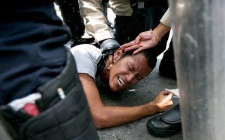 Αντικυβερνητικός διαδηλωτής συλλαμβάνεται στο Καράκας της Βενεζουέλας.