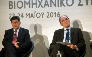 Οι ομιλητές στο συνέδριο εξέπεμψαν μηνύματα αισιοδοξίας για την επόμενη μέρα, αφήνοντας πίσω τις θλιβερές αναμνήσεις του 2015 και αναγνωρίζοντας πλέον στην κυβέρνηση «στροφή στον ρεαλισμό». Στη φωτογραφία (από αριστερά), ο πρόεδρος του ΣΕΒ Θεόδωρος Φέσσας και ο υπουργός Οικονομίας Γιώργος Σταθάκης.