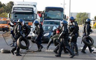 Οδόφραγμα που είχαν τοποθετήσει απεργοί έξω από το διυλιστήριο του Φος-συρ-Μερ, κοντά στη Μασσαλία, απομακρύνουν άνδρες της γαλλικής αστυνομίας, με στόχο την άρση του αποκλεισμού των εγκαταστάσεων. Χθες, έξι από τα οκτώ διυλιστήρια πετρελαίου στη Γαλλία βρίσκονταν ακόμη αποκλεισμένα από απεργούς, που διαμαρτύρονται κατά του νόμου για τη μεταρρύθμιση της αγοράς εργασίας, έχοντας προκαλέσει έλλειψη καυσίμων σε ποσοστό 20% των πρατηρίων της χώρας.