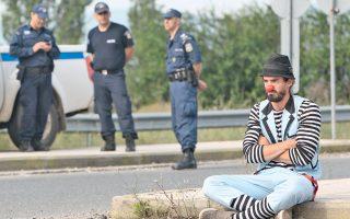 Αλληλέγγυος clown, στην Ειδομένη. Μάλλον στενοχωρημένος που φεύγουν τα παιδιά...