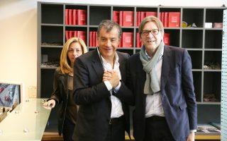Ο επικεφαλής του Ποταμιού Στ. Θεοδωράκης με τον Γκι Φερχόφσταντ, σε παλαιότερη συνάντησή τους στην Αθήνα, τον Απρίλιο του 2015.