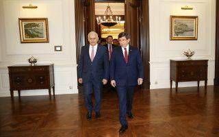 Ο απερχόμενος πρωθυπουργός της Τουρκίας Αχμέτ Νταβούτογλου (δεξιά) υποδέχεται τον διάδοχό του Μπιναλί Γιλντιρίμ (αριστερά), κατά τη χθεσινή τελετή παράδοσης και παραλαβής, στην Αγκυρα.