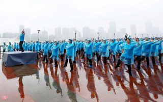 Μάγεψαν οι Κινέζες γιαγιάδες με τις συγχρονισμένες κινήσεις τους στη Σαγκάη, στο Πεκίνο και σε άλλες πόλεις και επάξια κατέκτησαν μία θέση στο βιβλίο Γκίνες.
