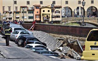 Μέρος του οδοστρώματος κατά μήκος του ποταμού Αρνου της Φλωρεντίας, λίγα μόλις μέτρα από την εικονιζόμενη ιστορική γέφυρα του 14ου αιώνα Πόντε Βέκιο, υποχώρησε χθες το πρωί παρασύροντας σταθμευμένα οχήματα, χωρίς ωστόσο να προκληθούν τραυματισμοί. Το ατύχημα οφείλεται σε σπηλαίωση που προκάλεσε στο υπέδαφος της παραποτάμιας ζώνης η ρήξη αγωγού ύδρευσης. Οι ιδιαίτερα αυστηροί κανόνες της αρχαιολογικής υπηρεσίας στις πόλεις-μουσεία της Ιταλίας, όπως είναι και η πρωτεύουσα της Τοσκάνης Φλωρεντία, καθιστούν τη συντήρηση και τον εκσυγχρονισμό των δικτύων κοινής ωφελείας και την πραγματοποίηση έργων διαδικασίες χρονοβόρες και περίπλοκες.