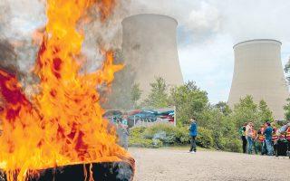 Με φλεγόμενα οδοφράγματα απεργοί αποκλείουν την είσοδο στο πυρηνικό εργοστάσιο της πόλης Νορζάν, στον Σηκουάνα. Το απεργιακό κύμα εναντίον της μεταρρύθμισης στο εργασιακό επεκτάθηκε σε όλα τα πυρηνικά εργοστάσια της χώρας, ενώ συνεχίζει να αναστατώνει την πετροχημική βιομηχανία, τις μεταφορές και άλλους κλάδους.