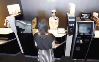 H αλυσίδα εστιατορίων Pizza Hut χρησιμοποιεί ρομπότ για να παίρνουν παραγγελίες σε εστιατόριά της στην Ασία. Στα ξενοδοχεία, τα ρομπότ «κλέβουν» τη δουλειά των ρεσεψιονίστ, ενώ στις ΗΠΑ ακόμα και αναισθησιολόγοι είδαν τη θέση τους να απειλείται από τις «μηχανές».