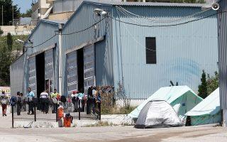 Πρόσφυγες και μετανάστες σε εγκαταλελειμμένο εργοστάσιο στο Δερβένι, που χρησιμοποιείται ως χώρος φιλοξενίας.
