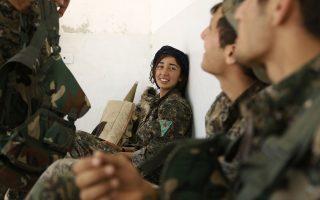 Μαχητές των Μονάδων Κουρδικής Λαϊκής Προστασίας (YPG) και ανάμεσά τους μια γυναίκα-μέλος του YPG κοντά στη Ράκα της Συρίας.