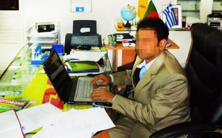 Κεντρικό ρόλο στη δράση του κυκλώματος πλαστογράφων - διακινητών φέρεται να διαδραματίζει ένας υπήκοος Μπανγκλαντές, ο οποίος έχει υπό την ιδιοκτησία του εμπορικά καταστήματα στην οδό Γερανίου.