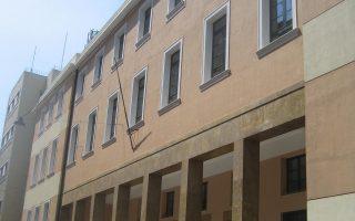 Το κτίριο της Νομικής Σχολής στην οδό Σόλωνος. Η πόλη και τα κτίριά της δείχνουν αλλιώς, χωρίς τον «θόρυβο» της καθημερινότητας.