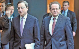 Στη μεθαυριανή συνεδρίασή της η ΕΚΤ αναμένεται να διατηρήσει αμετάβλητη την πολιτική της. O αντιπρόεδρός της Βίτορ Κονστάνσιο (δεξιά μαζί με τον Μ. Ντράγκι) εξέφρασε την ελπίδα ότι ο στόχος της ΕΚΤ για τον πληθωρισμό θα επιτευχθεί έως το 2018 με την αρωγή των πρόσθετων μέτρων τόνωσης και την άνοδο των τιμών του πετρελαίου.