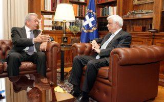 Eνημέρωση και επισημάνσεις του Eπιτρόπου της E.E. κ. Δημήτρη Aβραμόπουλου πάνω στο «κρίσιμο ζήτημα», όπως χαρακτήρισε ο Πρόεδρος της Δημοκρατίας κ. Προκόπης Παυλόπουλος το προσφυγικό (φωτογραφία Γιώργος Kονταρίνης, Eurokinissi, 30/5/2016).