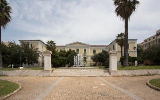 Η υπαίθρια γλυπτοθήκη στο Πνευματικό Κέντρο Αθηνών έχει μπει στο στόχαστρο κακοποιών.