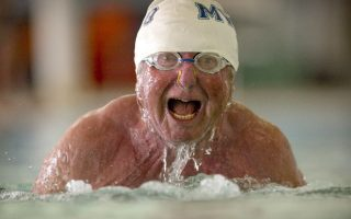 Βρίσκοντας στόχους. Ο εικονιζόμενος Graig Walker ξεκίνησε το κολύμπι στα 70 του χρόνια συμμετέχοντας σε αγώνες για ανθρώπους της ηλικίας του. Έβαλε όμως και ένα στόχο παραπάνω, να κολυμπήσει σε όλες τις πολιτείες των ΗΠΑ. Έτσι, με την συμμετοχή του  στους αγώνες της  Indiana State Games συμπλήρωσε στο καρνέ του 30 πολιτείες. Και εις ανώτερα! (Denny Simmons/Courier & Press via AP)