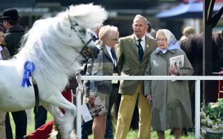 Ώρα για χόμπι. Αν και μέσα στις βασιλικές της, υποχρώσεις, για την λάτρη των αλόγων Ελισάβετ, η επίσκεψη στο Windsor Royal Horse Show του Λονδίνου,  μάλλον αποτέλεσε πραγματική διασκέδαση. EPA/FACUNDO ARRIZABALAGA