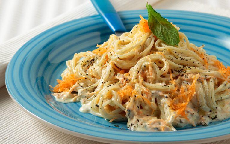Σπαγκέτι με σκορδάτη σάλτσα γιαουρτιού