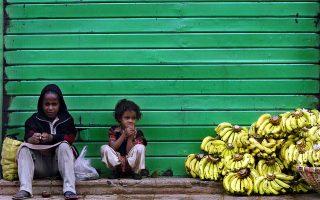Νεαροί πωλητές μπανάνας μπροστά από ένα κλειστό κατάστημα σε συνοικία της Αντίς Αμπέμπα. Η φωτογραφία είναι του 2005.