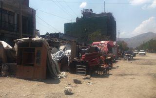 Υπαίθριο παζάρι στην Καμπούλ, όπου οικογένειες Αφγανών πωλούν τα υπάρχοντά τους για να συγκεντρώσουν μετρητά και να πληρώσουν τους διακινητές.