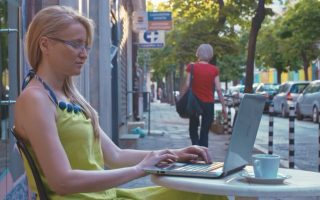 Η Σίλβια Νικόλοβα επί το έργον: σερφάρει στο Διαδίκτυο για να εντοπίσει πορνο-πειρατές και να τους καταγγείλει στην αμερικανική εταιρεία Porn Guardian.