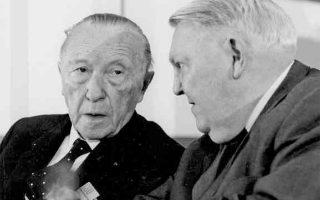 Ο Κόνραντ Αντενάουερ  (αριστερά) με τον διάδοχό του στην Καγκελαρία της Ομοσπονδιακής Δημοκρατίας της Γερμανίας, Λούντβιχ Ερχαρντ.