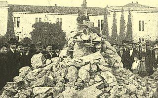 Η μόνη γνωστή φωτογραφία από το Ανάθεμα του Βενιζέλου το 1916.