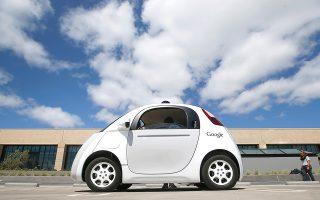 Ολες οι μεγάλες αυτοκινητοβιομηχανίες (όπως και η Google με το Self-Driving Car, το οποίο βλέπουμε στη φωτογραφία και ήδη κυκλοφορεί πειραματικά στην Καλιφόρνια) στρέφονται προς αυτή την κατεύθυνση και υπολογίζεται ότι μέσα στα επόμενα πέντε χρόνια περίπου 10 εκατ. τέτοια αυτοκίνητα θα κυκλοφορούν στους δρόμους.