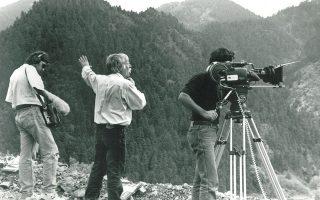 Ο σπουδαίος σκηνοθέτης Αλέξης Δαμιανός (στο κέντρο) μαζί με τους συνεργάτες του, Ηλία Παντελιά και Χρήστο Βουδούρη, από τα γυρίσματα του «Ηνίοχου», στο Καρπενήσι.