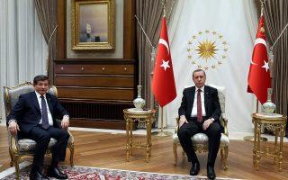 Οι διαφορές στο ταμπεραμέντο των δύο ισχυρών ανδρών της Τουρκίας ήταν πρόδηλες. Ανθρωπος ισχυρότατης θέλησης, πραγματικός λαϊκός ηγέτης, οξύθυμος και απρόβλεπτος ο Ερντογάν, ακαδημαϊκός και διπλωμάτης, με έμφυτη ευγένεια και ροπή προς τη συναίνεση ο Νταβούτογλου.