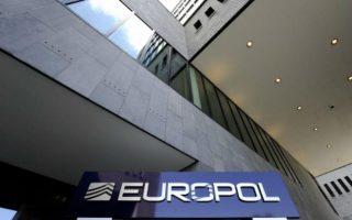 europol-interpol-pano-apo-5-dis-ta-kerdi-ton-diakiniton-prosfygon-to-20150