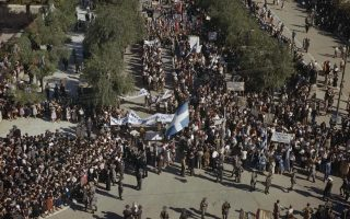 Αθήνα 18 Οκτωβρίου 1944, και ο λαός της πρωτεύουσας υποδέχεται την κυβέρνηση εθνικής ενότητας υπό τον Γεώργιο Παπανδρέου. Δύο μήνες μετά, όλα θα είναι αλλιώς.