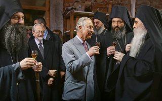 Ο ΠρίγκΙπας Κάρολος δοκιμάζει κονιάκ μαζί με μοναχούς και επισκόπους στο περιώνυμο ορθόδοξο μοναστήρι Kovilj, κοντά στο ομώνυμο χωριό της επαρχίας Βοϊβοντίνα, στα βόρεια της Σερβίας. Από την πρόσφατη επίσημη επίσκεψη του διαδόχου του βρετανικού θρόνου (Μάρτιος 2016) στα δυτικά Βαλκάνια.