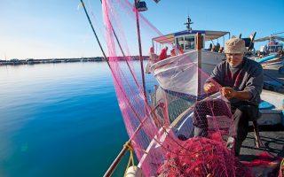 Ο Δημήτρης Βασιλόπουλος είναι ένας από τους 100 περίπου ψαράδες της Καρύστου, η οποία φημίζεται για τα θαλασσινά της. (Φωτογραφία: ΟΛΓΑ ΧΑΡΑΜΗ)